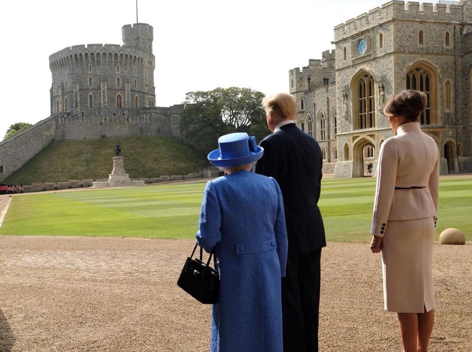 Melania y Donald Trump con la reina Isabel II