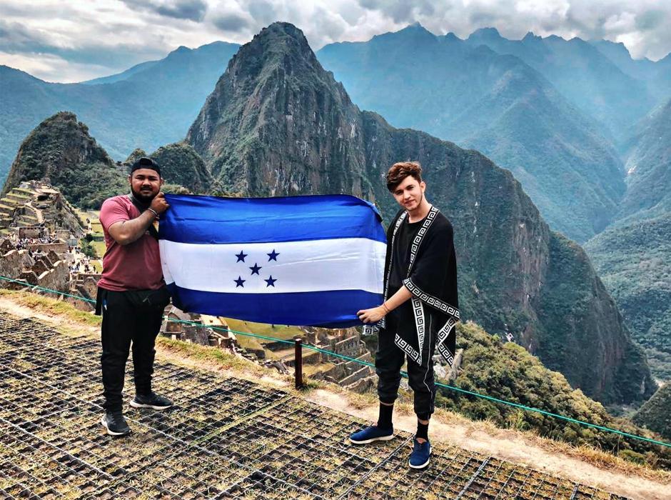 Josué Cover y Carlos Hernández estudiantes de Periodismo UNAH-VS en Sudamérica