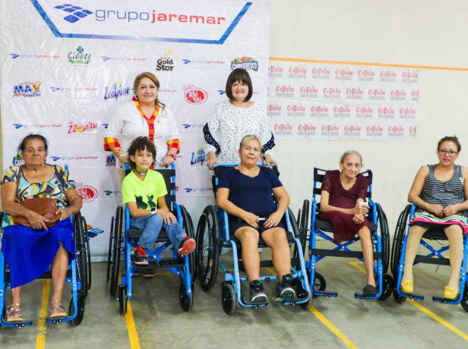 Entrega de sillas de ruedas en Villanueva por Grupo Jaremar y fundación Cepudo